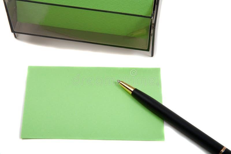 Grüne (unbelegte) Karte des Geschäfts auf Weiß mit Feder lizenzfreies stockfoto