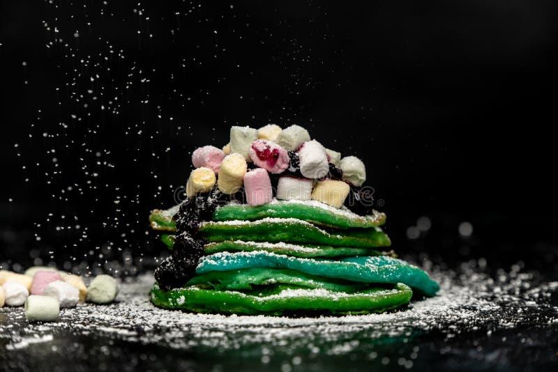 Grüne und blaue Pfannkuchen backen zusammen stockbild