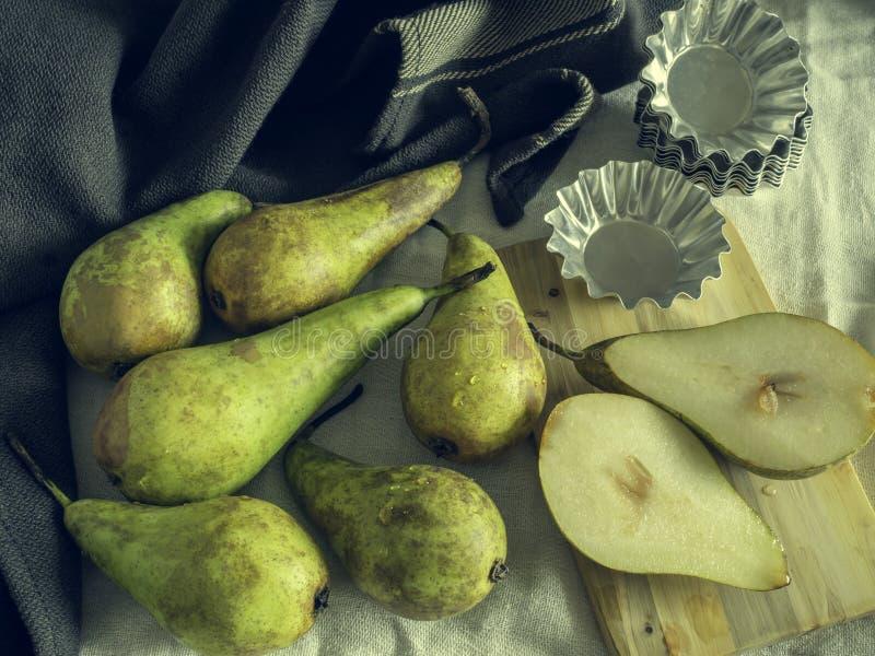 Grüne und gelbe Birnen mit schwermütiger Nahrung des kleinen Kuchenzinns lizenzfreie stockfotos