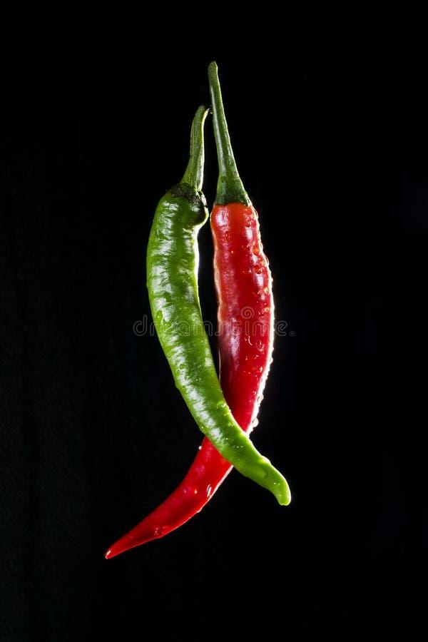Grüne und rote chilis lizenzfreie stockfotos