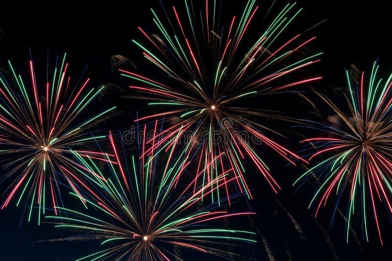 Grüne und rote Feuerwerke stockfoto