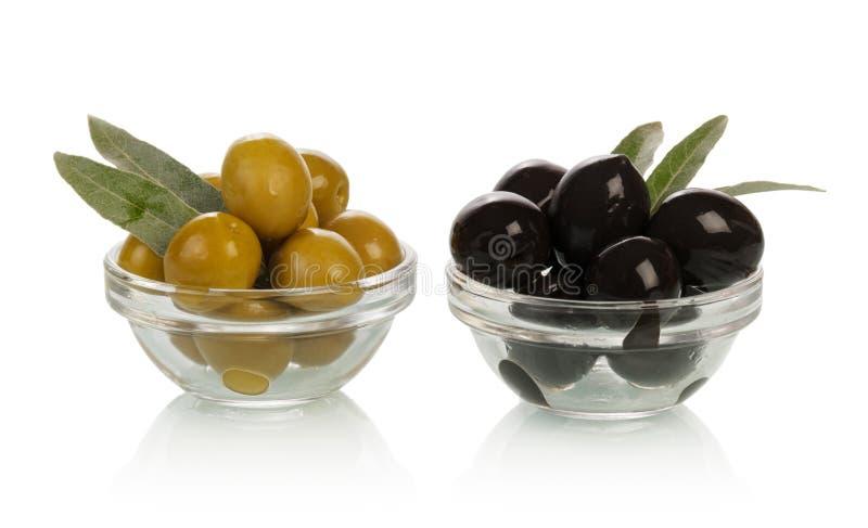 Grüne und schwarze Oliven stockbilder