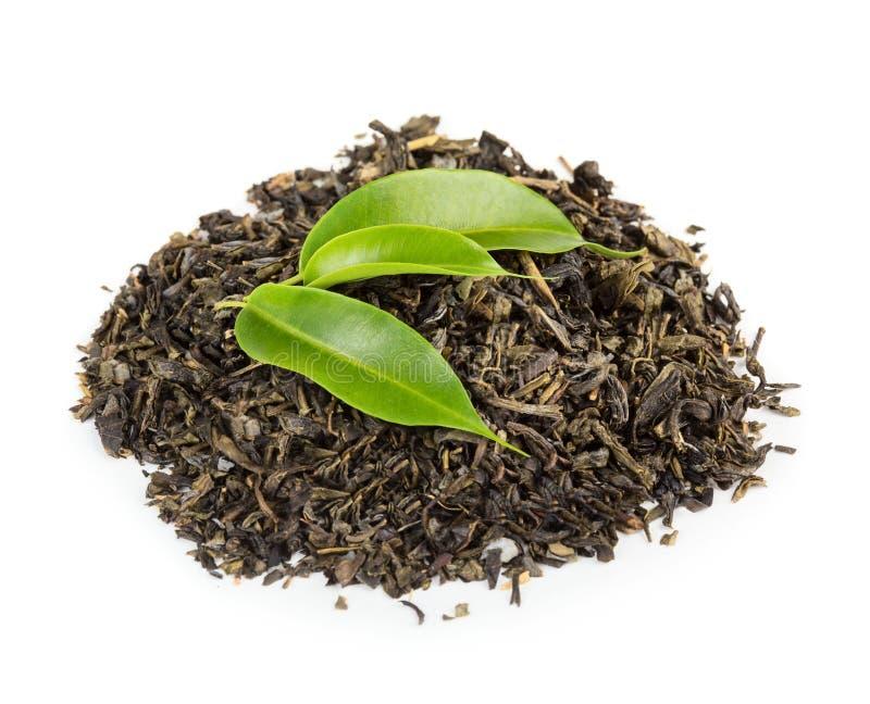 Grüne und schwarze Teeblätter stockfoto