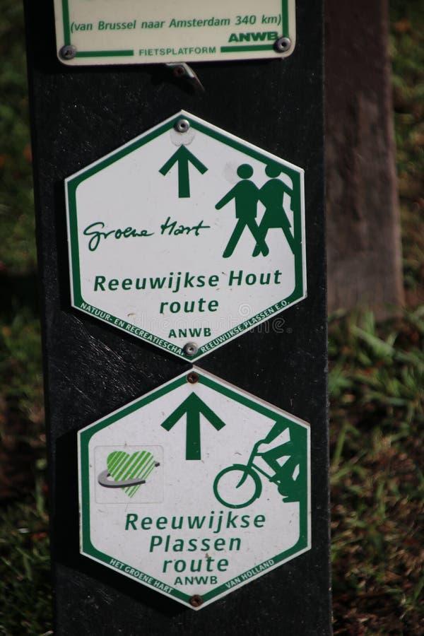 Grüne und weiße Wegweiser für das Wandern und pedistrians im Groene-Hirsch am Reeuwijkse-hout lizenzfreie stockfotografie