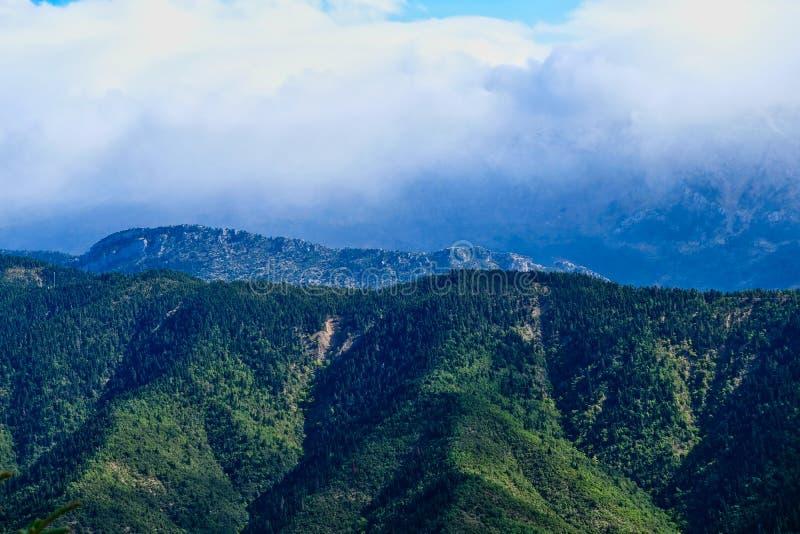 Grüne Wälder, griechische Berglandschaft im Sturm-Licht stockbild