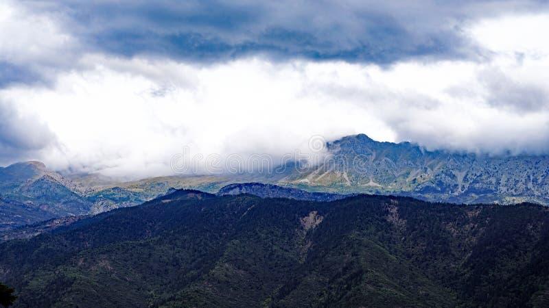 Grüne Wälder, griechische Berglandschaft im Sturm-Licht stockfotografie