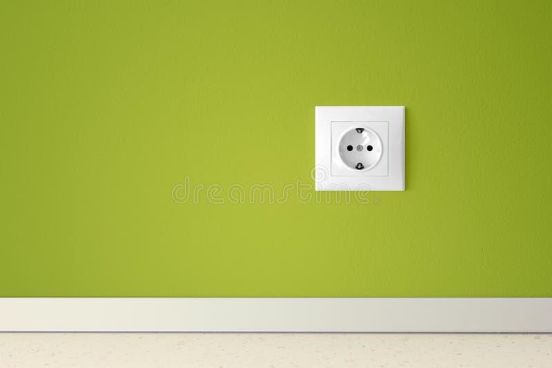 Grüne Wand mit europäischem elektrischem Anschluss stockbild
