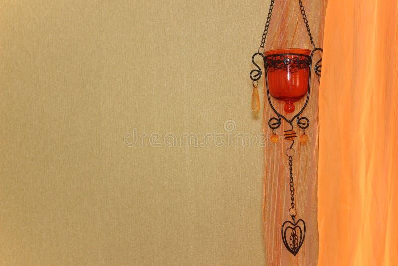 Grüne Wand, orange Vorhang und orientalisches Dekorelement stockfotos