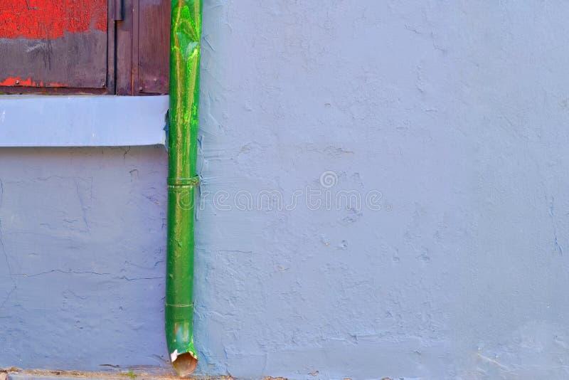 Grüne Wasserrohrleitung auf konkreter Decke außerhalb des Gebäudes lizenzfreies stockfoto