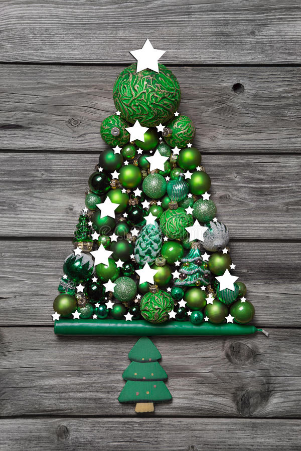 Download Grüne Weihnachtsdekoration Mit Holz: Baum Von Bällen Auf  Graurückseite Stockbild   Bild Von Wald