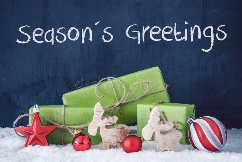 Grüne Weihnachtsgeschenke, Schnee, Dekoration, Text-Jahreszeit-Grüße lizenzfreie stockfotos