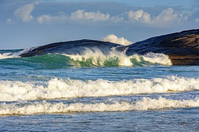 Grüne Welle auf Teufelstrand stockbild