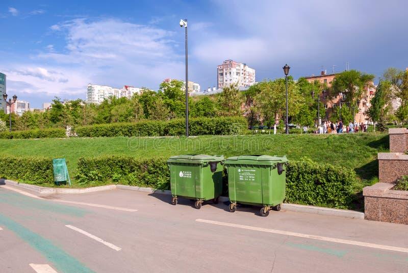 Grüne Wertstofftonnen in der Ufergegend im Samara lizenzfreies stockfoto