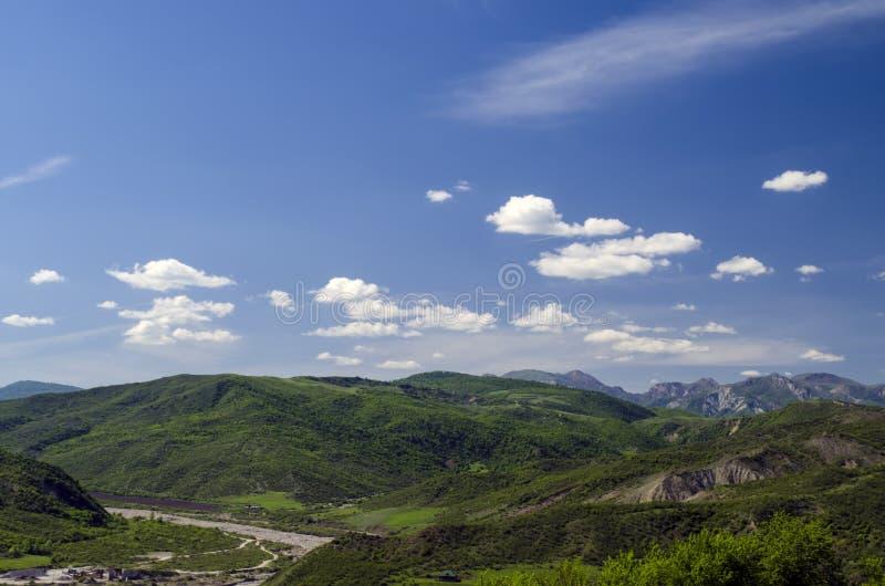 Grüne Wiese im Berg Aufbau der Natur Schöne Landschaft der großen Kaukasus-Frühlingsansicht der Natur Frühling in Aserbaidschan lizenzfreie stockfotografie