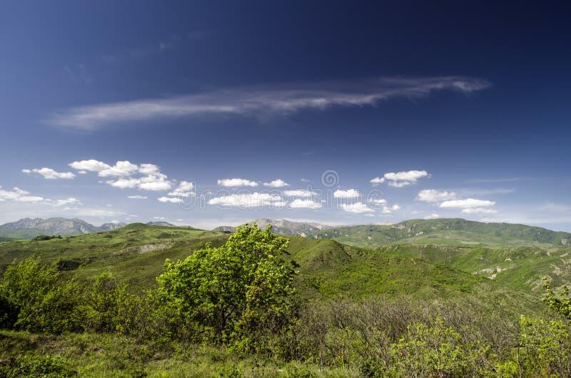 Grüne Wiese im Berg Aufbau der Natur Schöne Landschaft der großen Kaukasus-Frühlingsansicht der Natur Frühling in Aserbaidschan lizenzfreies stockfoto