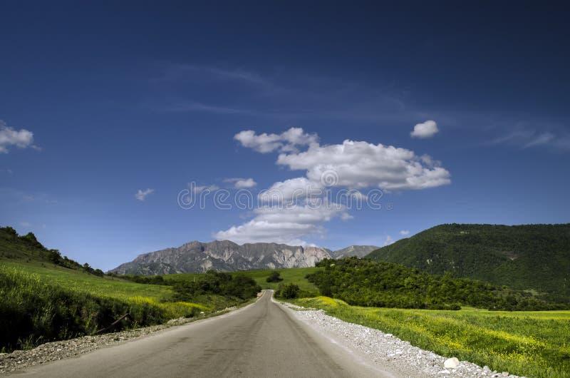 Grüne Wiese im Berg Aufbau der Natur Schöne Landschaft der großen Kaukasus-Frühlingsansicht der Natur Frühling in Aserbaidschan lizenzfreies stockbild