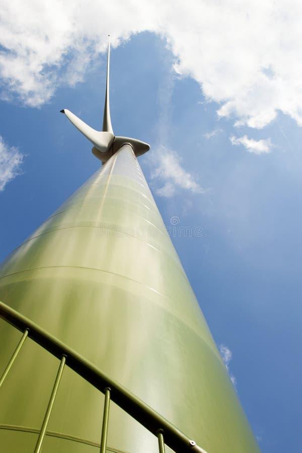 Grüne Windkraftanlage genommen aufwärts von einer Nahaufnahmeposition stockfoto
