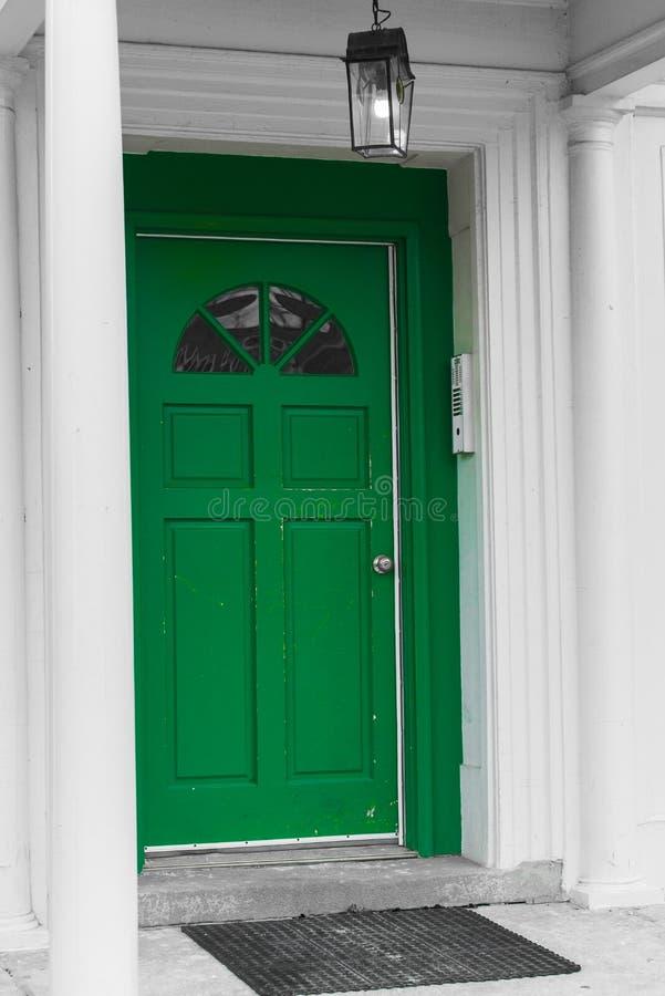 Grüne Wohnungstür lizenzfreie stockbilder