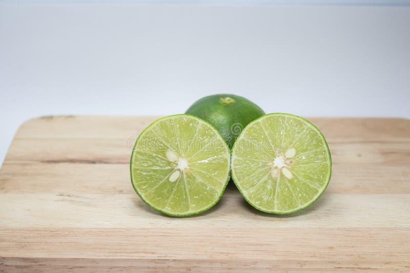 Grüne Zitronen halb stockfotos