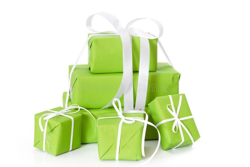 Grünen Sie die lokalisierten Geschenkboxen, die mit weißem Band für Weihnachten gebunden werden stockbild