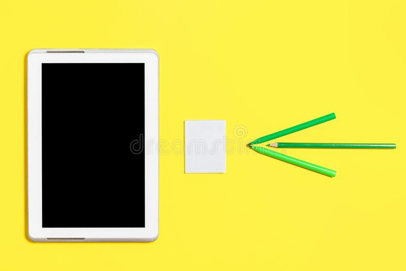 Grünen Sie farbiges Kanzleigericht, Papieraufkleber und einen Tabletten-PC lizenzfreie stockfotografie