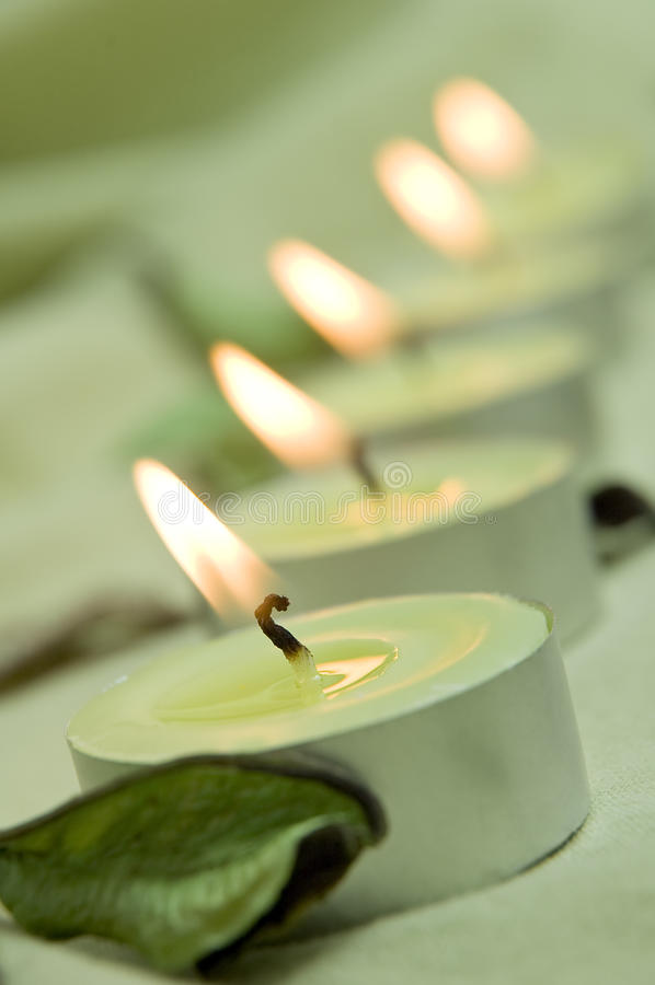Grünen Sie Kerzeleuchten lizenzfreie stockfotos