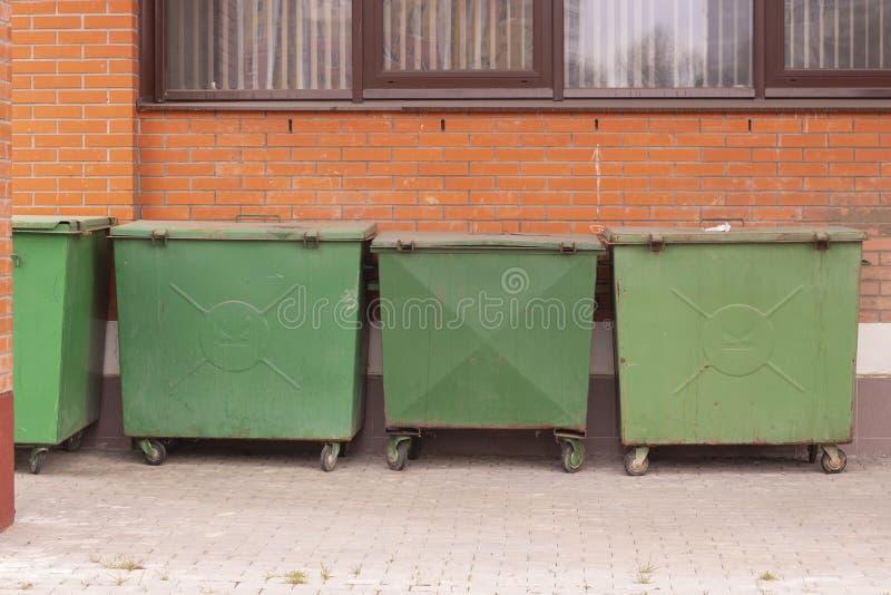 Grüner Abfallmüllabfuhrmüllcontainer, Probleme der Ökologie überschüssigen Abfall, unterschiedliche Sammlung sortierend Abfall lizenzfreie stockbilder