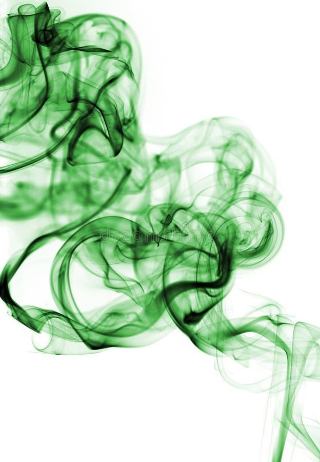Grüner abstrakter Rauch von den aromatischen Stöcken auf einem weißen Hintergrund stockbild