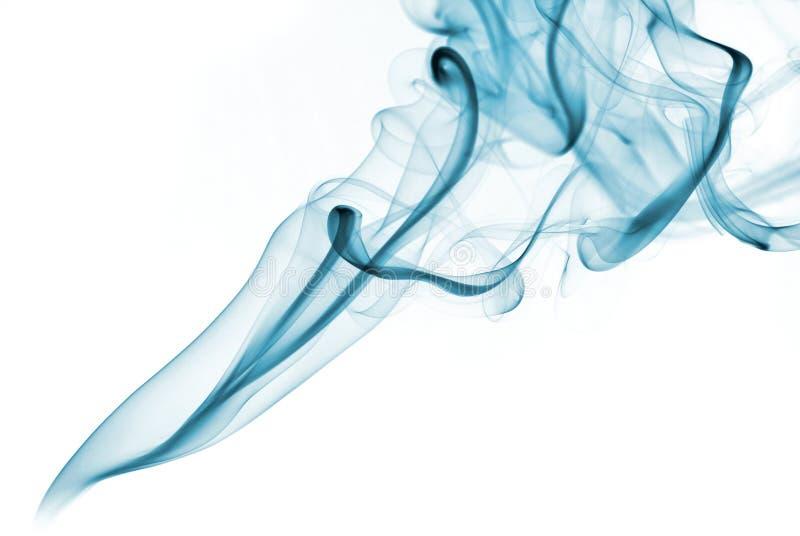 Grüner abstrakter Rauch von den aromatischen Stöcken auf einem weißen Hintergrund stockfotografie