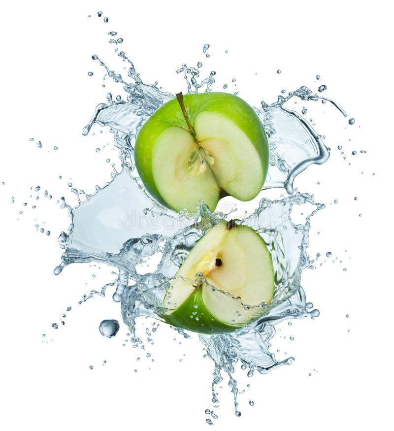 Grüner Apfel im Wasser lizenzfreie stockfotos