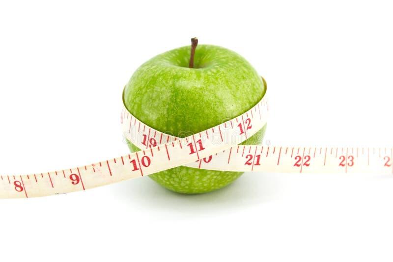 Grüner Apfel mit Band stockfoto