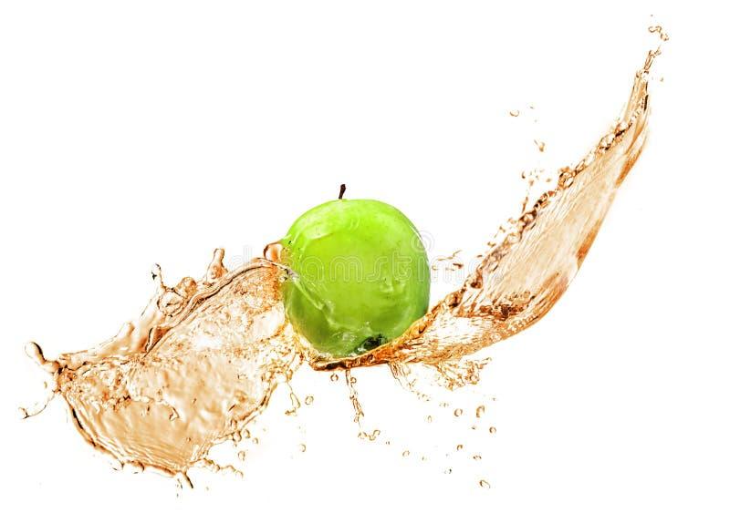 Grüner Apfel mit dem Wasserspritzen, lokalisiert lizenzfreies stockfoto