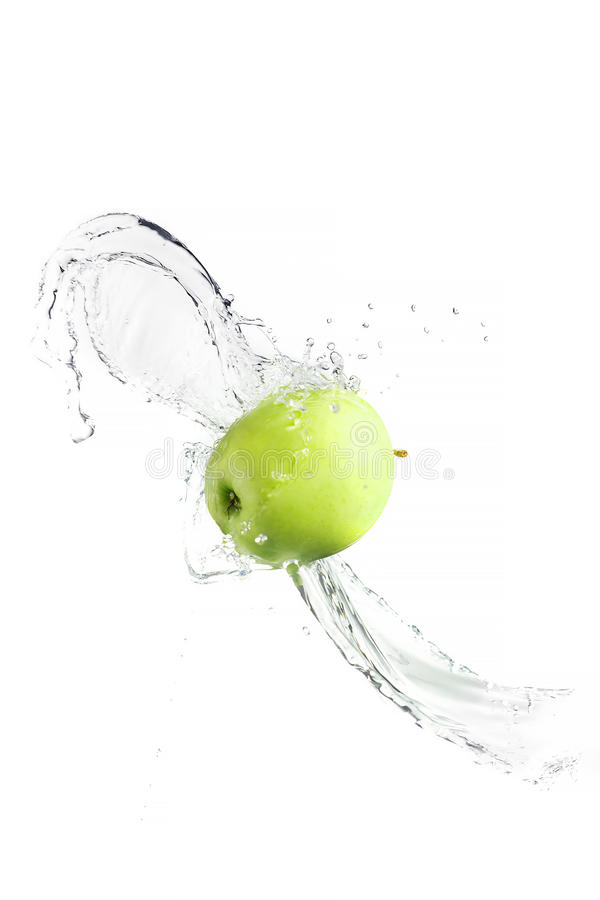 Grüner Apfel mit dem Wasserspritzen, lokalisiert stockbild