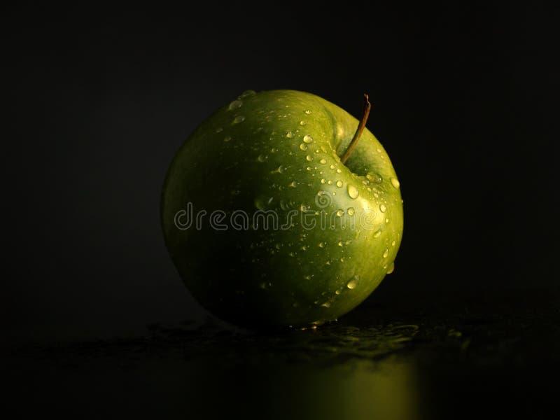 Grüner Apfel mit Tropfen des Wassers lizenzfreies stockbild
