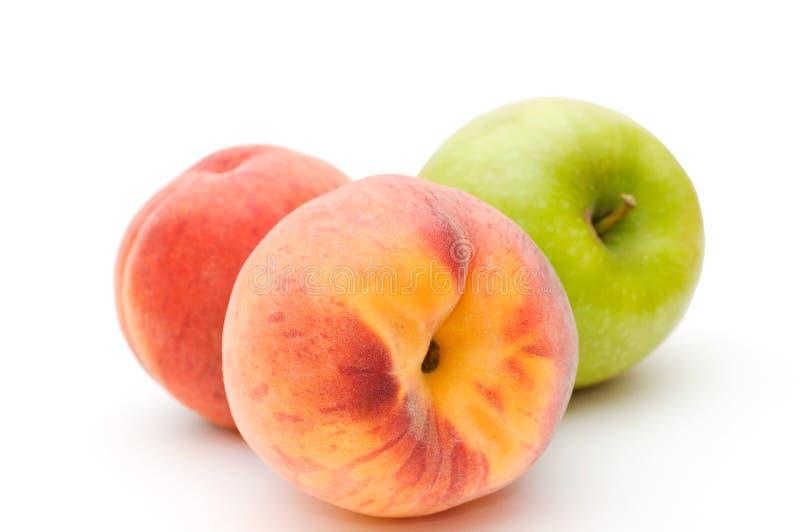 Grüner Apfel und Pfirsiche. lizenzfreies stockfoto