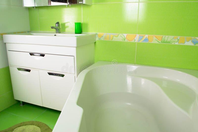Grüner Badezimmerinnenraum Eckbadewanne lizenzfreie stockfotos