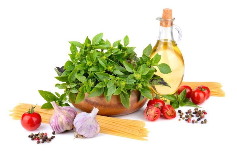 Grüner Basilikum und gelbe Spaghettis lizenzfreie stockfotos
