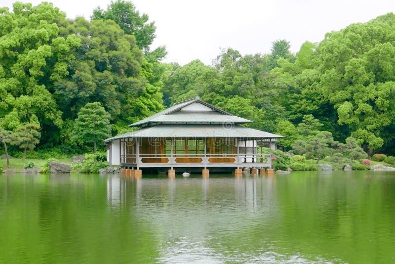 gr ner baum traditionelles japanisches haus garten und wasserteich stockbild bild von park. Black Bedroom Furniture Sets. Home Design Ideas