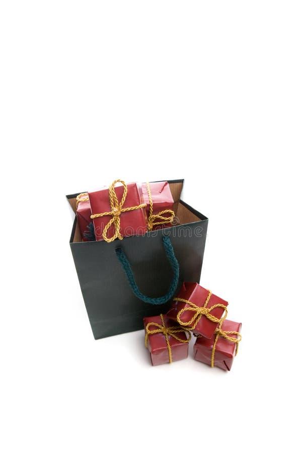 Grüner Beutel gefüllt mit kleinem Weihnachtsgeschenkkasten stockfoto
