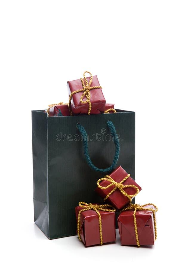 Grüner Beutel mit kleinem Weihnachtsgeschenkkasten lizenzfreies stockbild