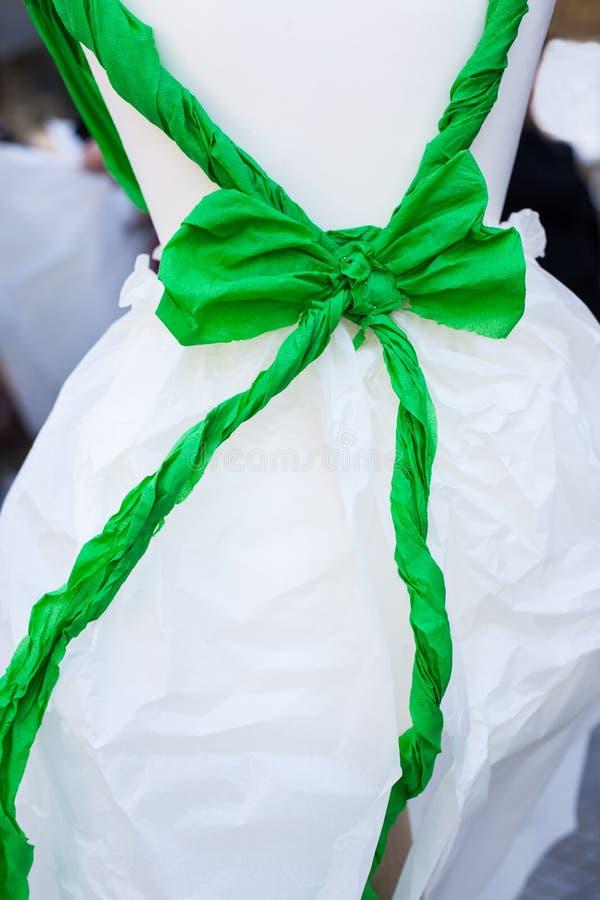 Grüner Bogen gebunden in der weißen Puppe stockbilder
