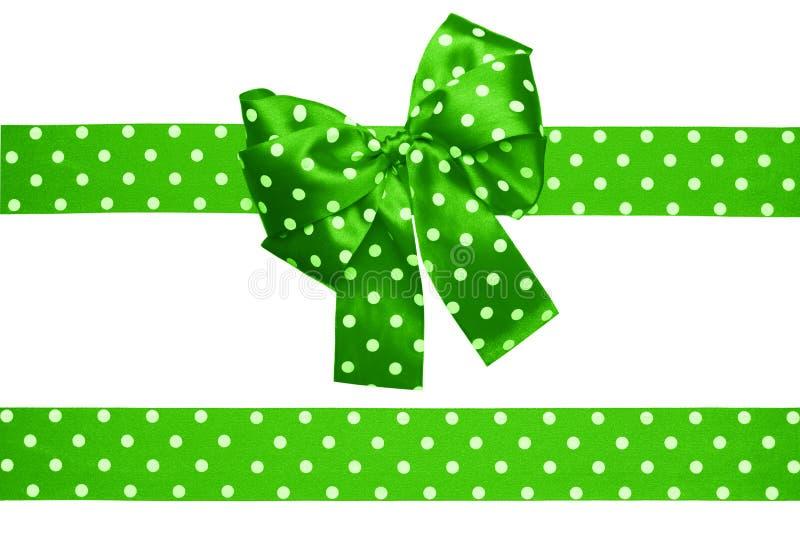 Grüner Bogen und Band mit den weißen Tupfen gemacht von der Seide stockfotos