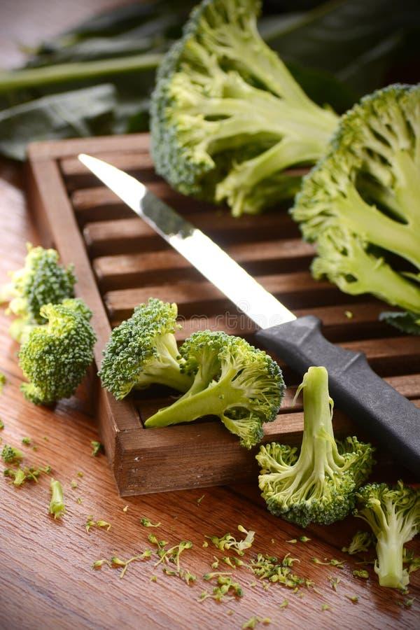 Grüner Brokkoli auf Schneidebrett stockfoto