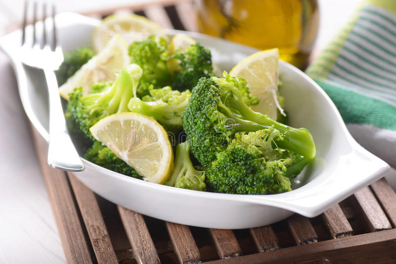 Grüner Brokkoli gekocht stockfoto