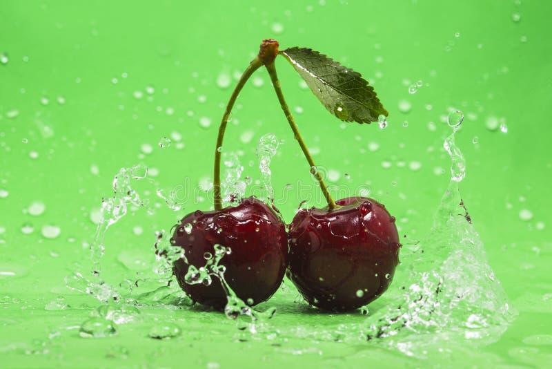 Grüner Cherry Splash lizenzfreies stockfoto