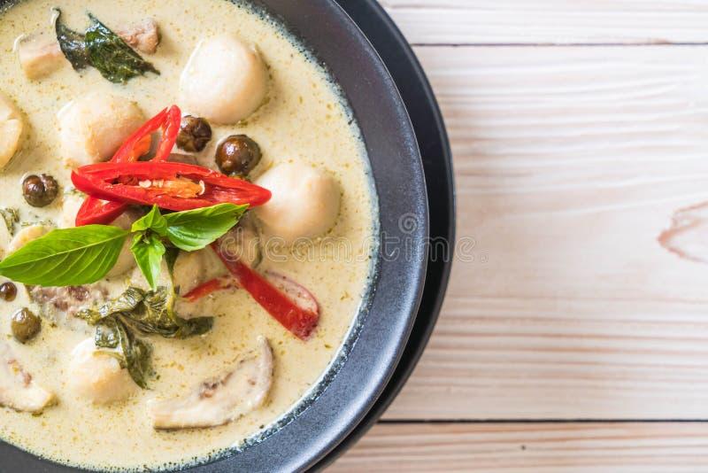 Grüner Curry mit Fischball stockfotos