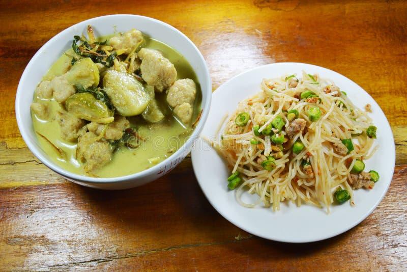 Grüner Curryfischball mit Aubergine essen Paare mit würziger Reisnudel stockbilder