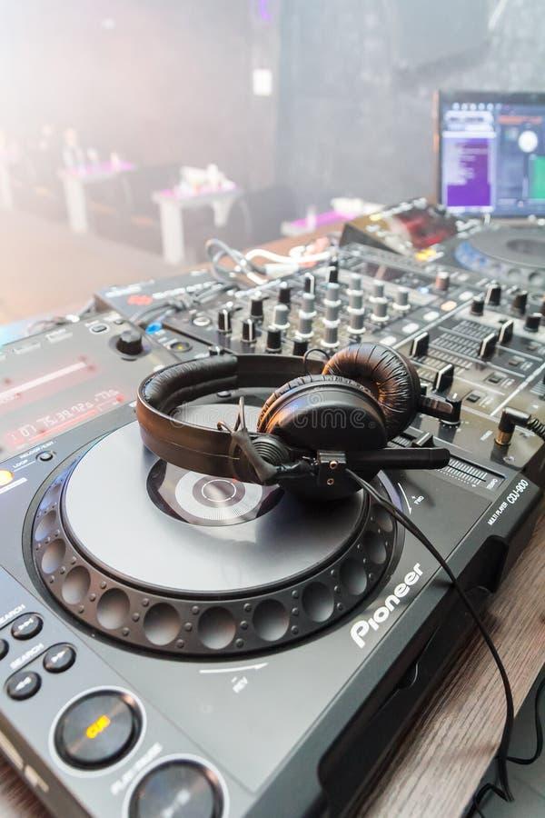 Grüner DJ-Ausrüstung Pionier für Disco im Nachtklub Die Kopfhörer sind auf der DJ-Konsole für das Spielen von Musik an der Disco lizenzfreie stockfotografie