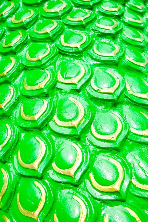 Grüner Drache stuft Hintergrund oder Schlangenstuck ein stockbild