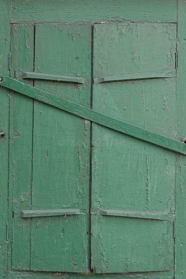 Grüner Fenster-Fensterladen lizenzfreies stockbild